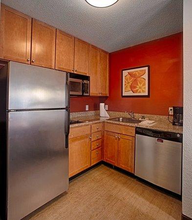 Neptune, Νιού Τζέρσεϊ: One-Bedroom Suite - Kitchen