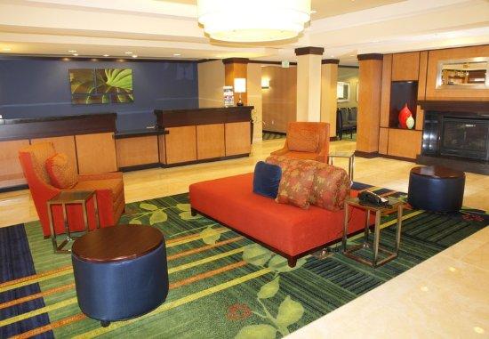 Fairfield Inn & Suites by Marriott Rockford: Reception Area