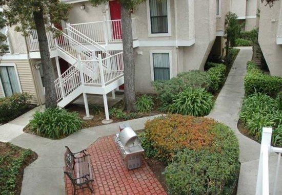 San Mateo, CA: Outdoor Courtyard