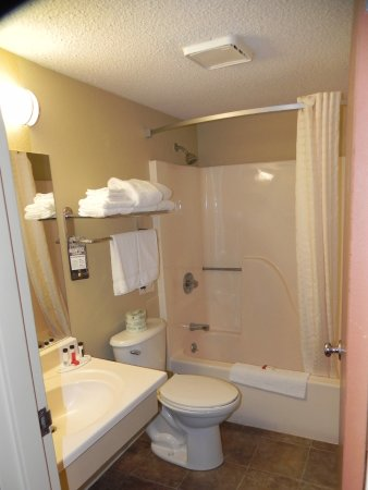 Super 8 Marion: Standard-issue bathroom, but CLEAN