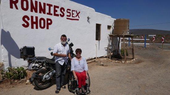 Ronnieu0027s Sex Shop: De Obligate Geposeerde Foto