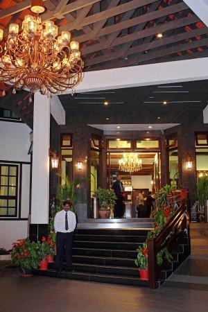 Hotel De' La Ferns: Front hotel view