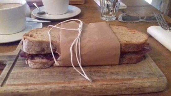 Cookham, UK: Bacon sarnie!!! Yummy!
