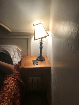 Ala Mar Motel: Both bedside lamps were broken.