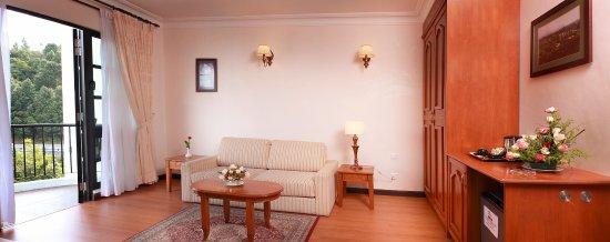 Hotel De' La Ferns: Junior Suite living area 1