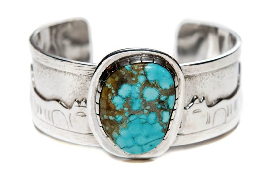 Surrey, Canadá: Story Bracelet handcrafted by Tahltan Tlingit Artists with Navajo Dene Turquoise