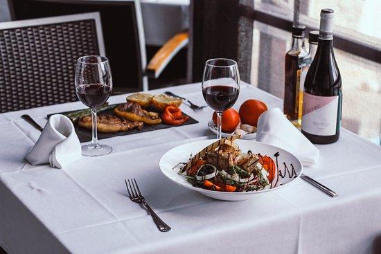 Masia Casablanca: Almuerzos y cenas espectaculares. Carnes de calidad y variedad en el menú.