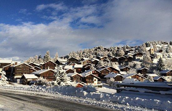 Office du Tourisme de Vercorin: Vue sur le vieux village en hiver