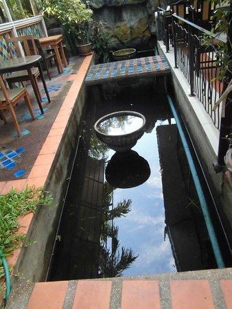 Chang Thai House: Wasserlauf am Frühstücksbereich