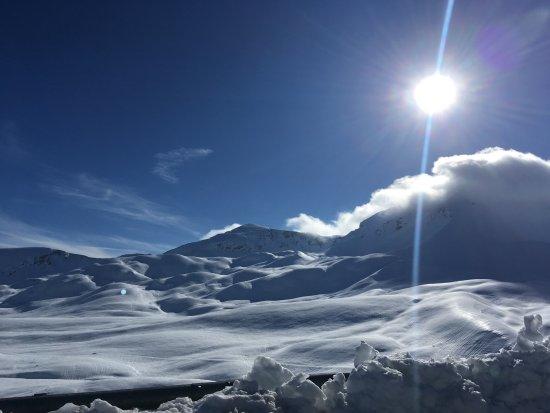 Assergi, إيطاليا: Sulla statale ... in mezzo ai monti ... verso il Grande