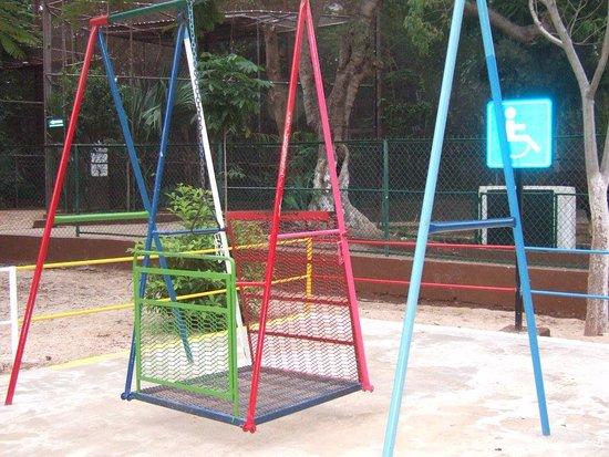 Zoological Park of Centenario ( Parque Zoologico del Centenario) : Balançoire adaptée aux enfants en fauteuil