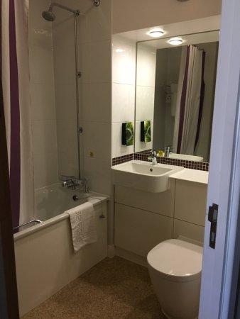 Premier Inn Edinburgh Leith Waterfront Hotel: Bagno privato interno con vasca