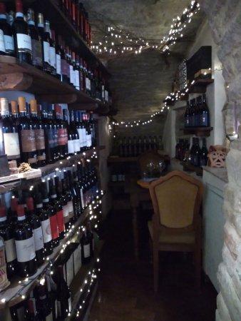 Valtopina, Italia: La cantina con un tavolo per 2 riservatissimo! Molto romantico