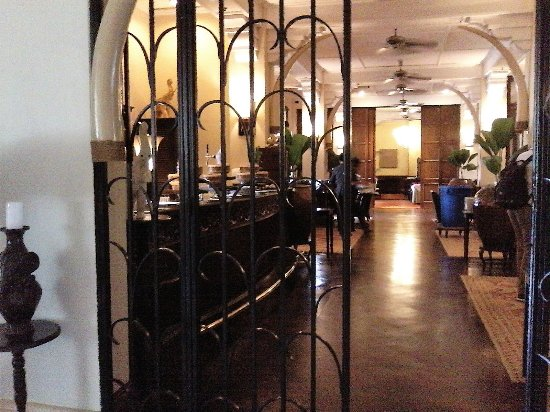 Raffles Grand Hotel d'Angkor: Relax in the bar/lounge