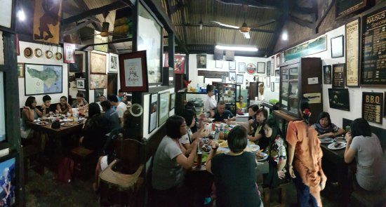 Naughty Nuri's Warung and Grill: THis is the inside.