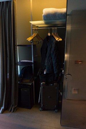 Soho Hotel: 衣櫃架旁有保險櫃