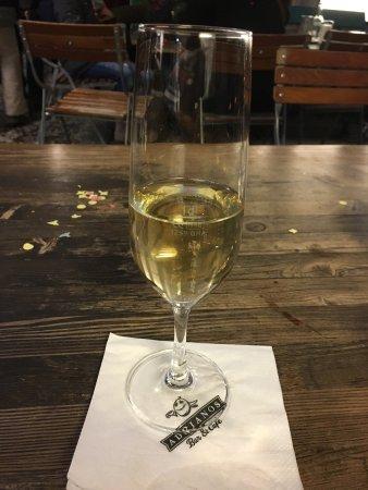 Adrianos Bar & Cafe: Happig...... 11.- für ein Prosecco....... und nicht Mal bis zum Strich gefüllt🤔, schon fast dre