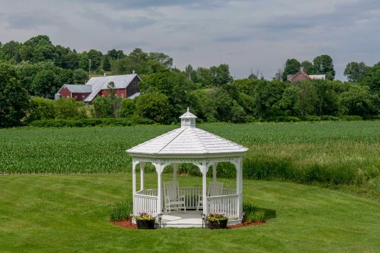 Mad River Inn: Gazebo on the back lawn with pastoral views.