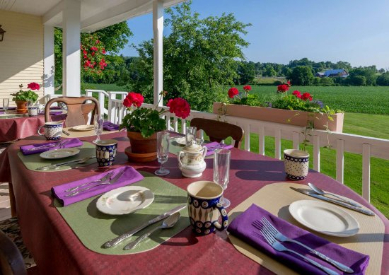 Mad River Inn: Dining on the back porch.