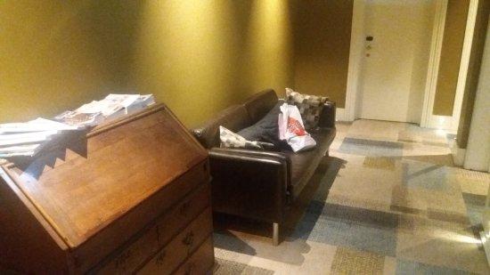 Lisboa Tejo Hotel : Sala de espera un sillón en el pasillo del 2 piso El baño en el 3 piso Zonas comunes inexistenre