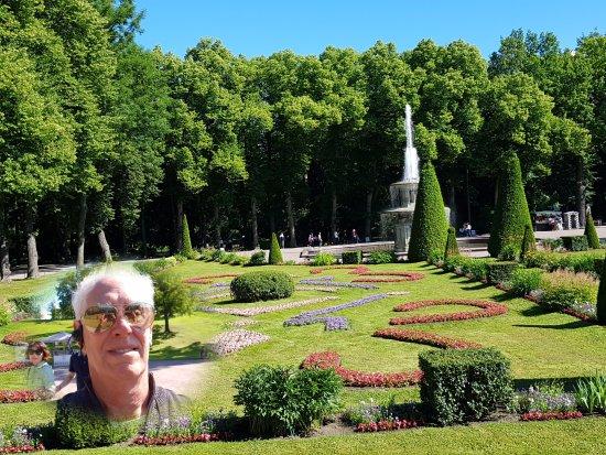 Monplaisir Historical Palace Museum: Selfie em jardim lateral ao pequeno palácio de Monplaisir