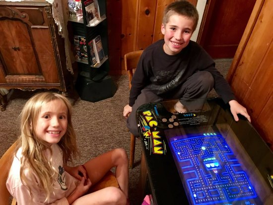 Mill Creek, Califórnia: My kids loved the vintage PacMan game in the lobby!