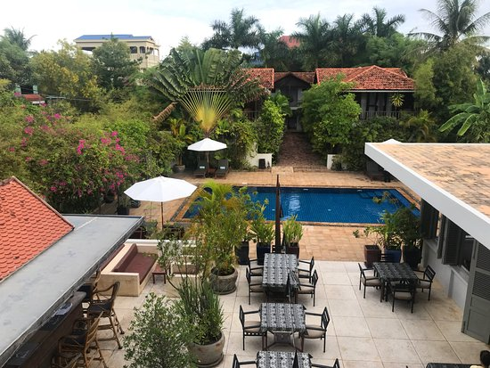 Bambu Battambang Hotel: View from the first floor of the main building, overlooking bar (left), dining area (right) and