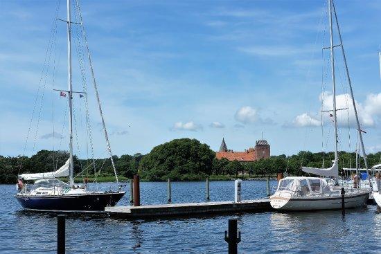 Nysted, الدنمارك: Blick vom Hafen zum Schloss Aalholm