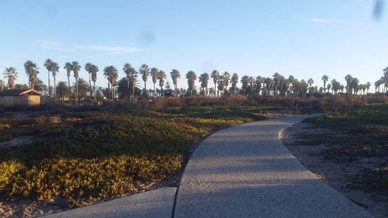 Embassy Suites by Hilton Mandalay Beach Resort: Walk to playground NEXT to resort.