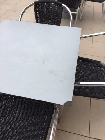 Adina Apartment Hotel Sydney, Central: damaged table at the pool