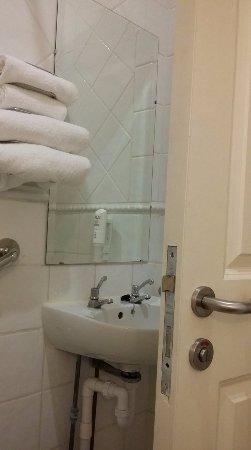Nenagh, İrlanda: Accessible Bathroom - sink behind door