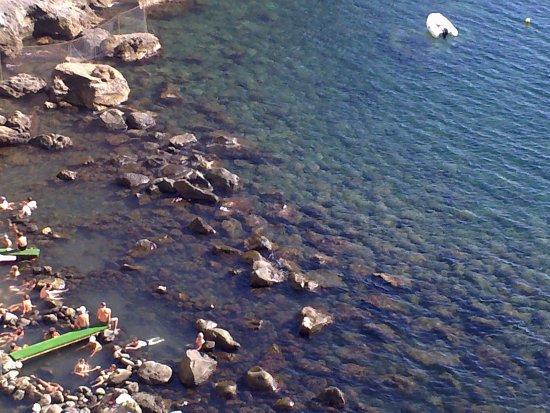 Panza, Italy: Sorgeto von oben mit Blick auf die natürlichen Steinbecken