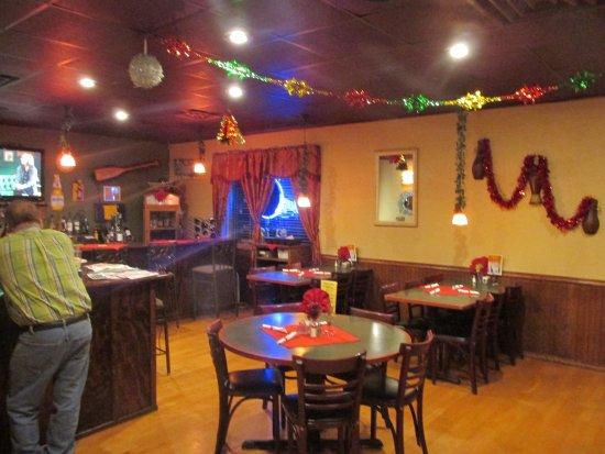 Elkhorn, วิสคอนซิน: the bar looks inviting