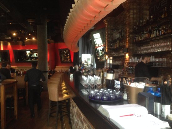 riva: Die große, langgezogene Bar
