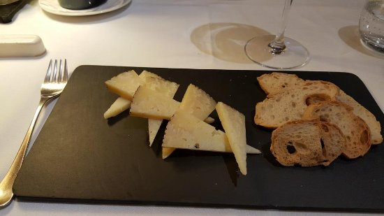 Molins de Rei, Spagna: Cheese plate not on the menu but served to finish the wine bottle