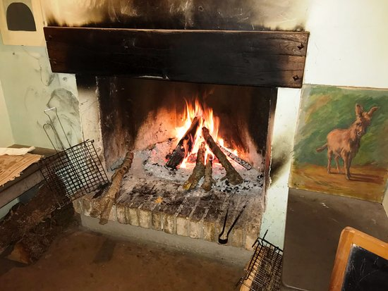 Agriturismo Le Mandrie di San Paolo: Warm cozy fireplace with side seating