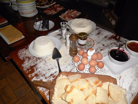 Agriturismo Le Mandrie di San Paolo: Homemade cheeses, jams, breads, meats, pastries and more.