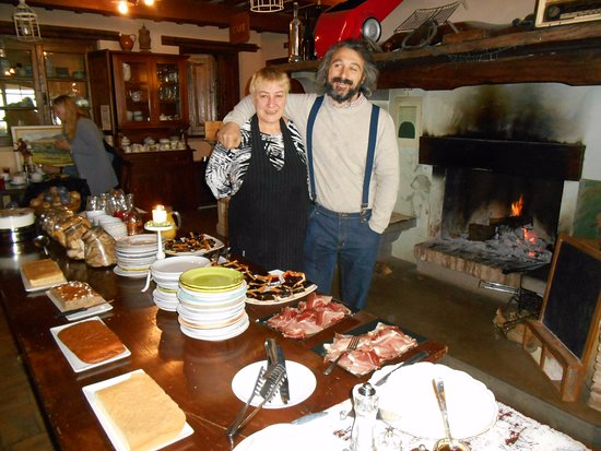 Agriturismo Le Mandrie di San Paolo: Breakfast table with owner and ?wife