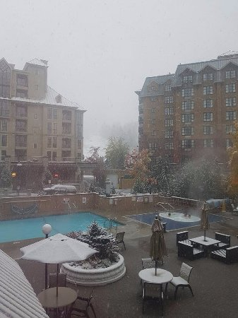 Executive Inn At Whistler Village: Year round heated swimming pool and hot tub with view of Whistler Mountain