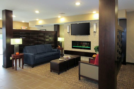 Wilder, KY: Spacious lobby with sitting area
