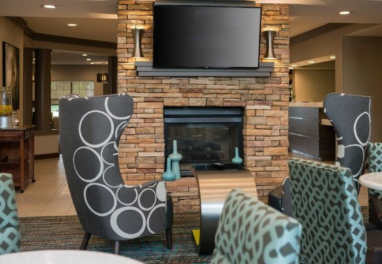 Los Alamitos, CA: Lobby Lounge Area