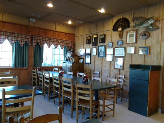 Smoky Mountain Barbecue: Dining room.