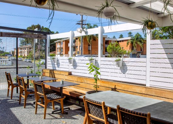 Thirroul, Australia: Outdoor seating in the garden w/ kids cubby house.