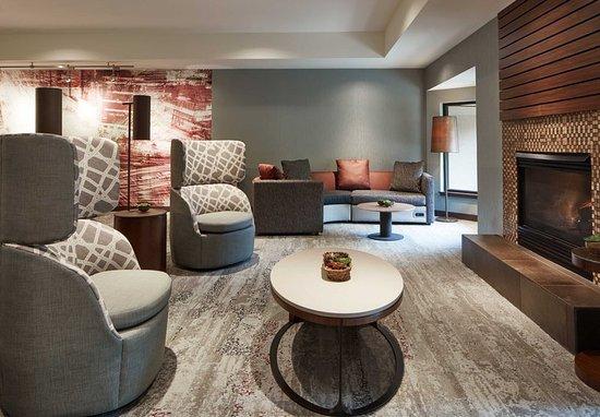 Clackamas, Oregón: Lobby Seating Area & Fireplace