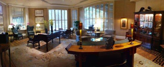 Four Seasons Hotel Singapore: 로비가 정말 클래식함