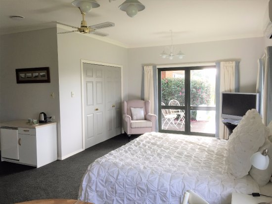 Clover Downs Homestead: The Fantail Suite, large room with own entrance