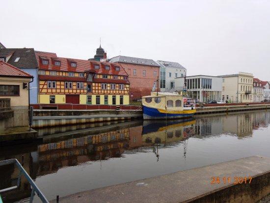 Spacerkiem nad rzeką w Ueckermunde. Marina , jachty i łodzie.