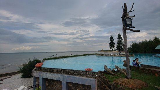 Long Hai, Vietnam: Swimming Pool is large and clearn.Good view in here