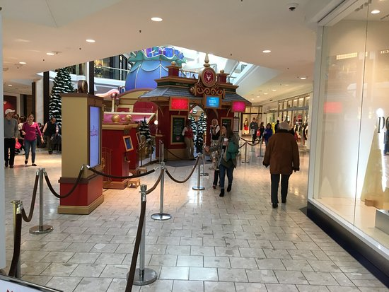 The Short Hills Mall is a premium, 2 floor indoor shopping Mall, located just 10 miles west of Newark Liberty International Airport and 23 miles west of Manhattan, in Short Hills NJ. With an average number of 1,5 million visits each month, it is one of the most exclusive outlets in New Jersey.