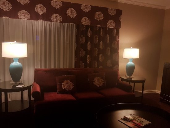 InterContinental Montreal : Comfy couch. Dark room.